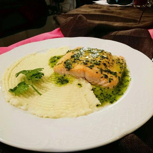 Σολομός με σάλτσα κόλιαντρου και πουρέ σελινόριζας, από τον σεφ Γιώργο Καλογερίδη