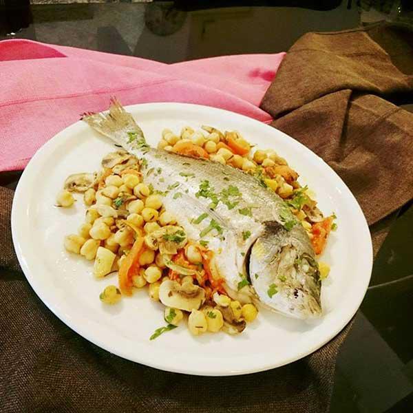 Ο Σέφ προτείνει… Πεντανόστιμη Τσιπούρα Φούρνου  με ρεβυθια και μανιτάρια