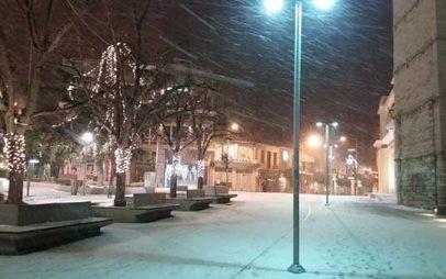 Δείτε φωτογραφίες από την χιονισμένη υπό το μηδέν πλατεία της Κοζάνης