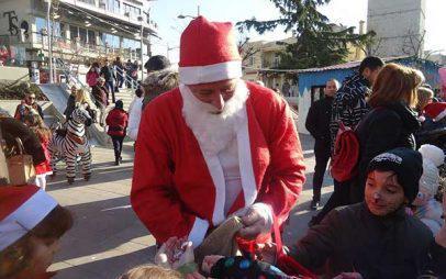 Ο Άγιος Βασίλης με τις καραμέλες στην κεντρική πλατεία της Κοζάνης