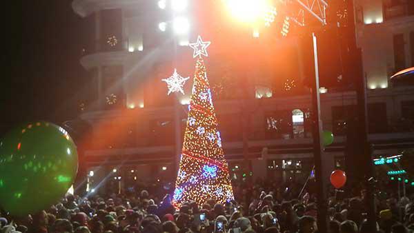 Φαντασμαγορική γιορτή στην κατάμεστη από νεολαία κόσμο πλατεία για το άναμμα του δέντρου