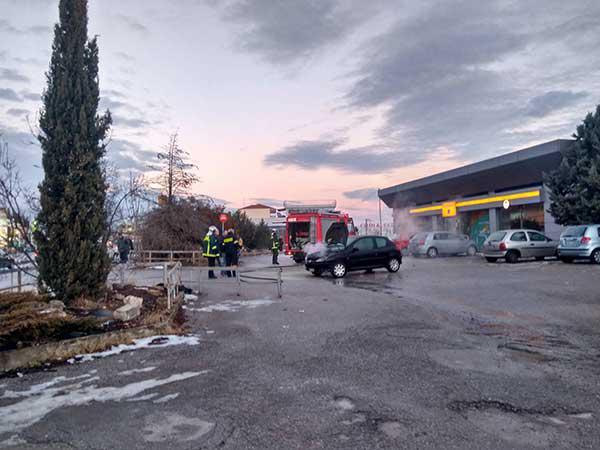 Αυτοκίνητο κάηκε στο parking της τράπεζας Πειραιώς