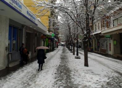 Ο Δήμος Κοζάνης για τον αποχιονισμό του πεζοδρόμου της κεντρικής πλατείας