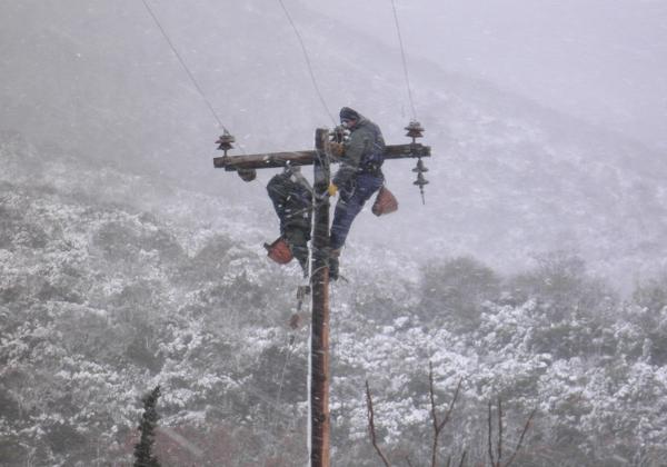 Έδειραν τεχνικό της ΔΕΗ που πήγε να επιδιορθώσει βλάβη μέσα στον χιονιά
