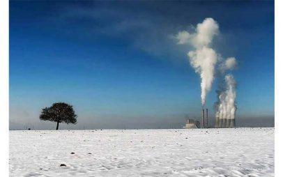Η Φωτογραφία της Ημέρας: Λευκό τοπίο με φόντο τη ΔΕΗ