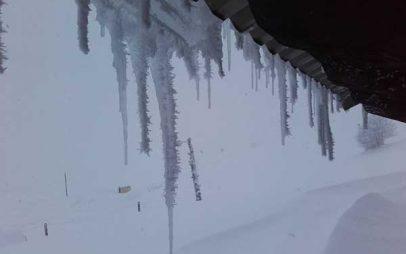 Φτάνει το ενάμιση μέτρο το χιόνι στο Ορειβατικό Καταφύγιο στη Βασιλίτσα