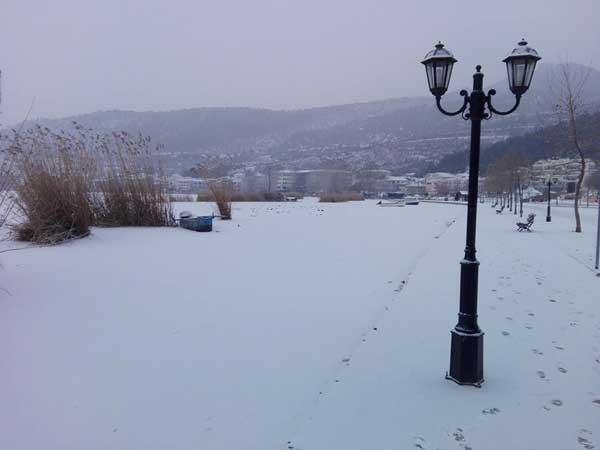 Και ξαφνικά η λίμνη της Καστοριάς μοιάζει με χιονισμένο κάμπο