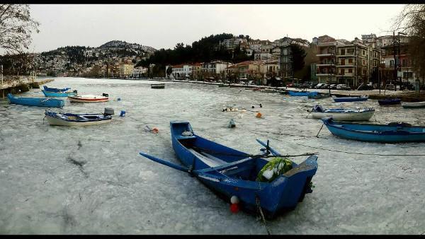 Εντυπωσιακές εικόνες από την παγωμένη λίμνη της Καστοριάς