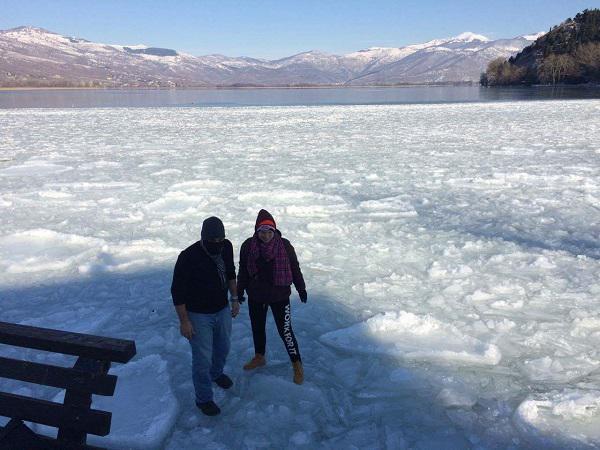 Δυο τολμηροί Καστοριανοί περπάτησαν πάνω στην παγωμένη λίμνη της Καστοριάς