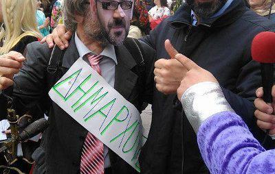 Ο δήμαρχος της Κοζάνης και ο δήμαρχος της παρέλασης με τον πρώτο πίσω από την ουρά του Πάρι