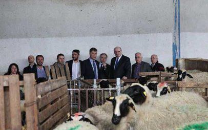 Καινοτόμες μονάδες τυροκομικών και οίνου σε Γρεβενά και Αμύνταιο επισκέφθηκαν ο Επίτροπος Γεωργίας της Ε.Ε. και ο Υπουργός Αγροτικής Ανάπτυξης