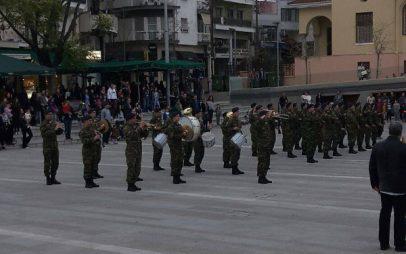 Υποστολή σημαίας στην κεντρική πλατεία Κοζάνης