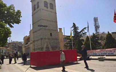 Κόκκινη εξέδρα στην πλατεία της Κοζάνης για τον Κουτσούμπα