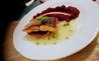 Φιλέτο σολομού με σάλτσα φινόκιο και πουρέ παντζάρι. Συνταγή και σωστός τρόπος ψησίματος φιλέτων ψαριών απο τον Σέφ Γιώργο Καλογερίδη…