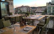 Στο μπαλκονάκι του Ναουμίδη με θέα την πλατεία για δροσερές γεύσεις