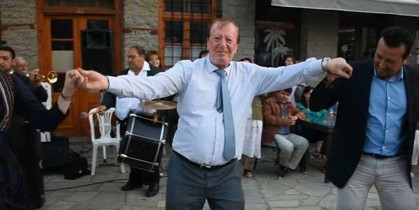 """Μετά τα ποντιακά, ο Υπουργός Νίκος Παππάς χόρεψε """"Κέρνα μας, κέρνα μας"""" στον Πεντάλοφο! (video)"""