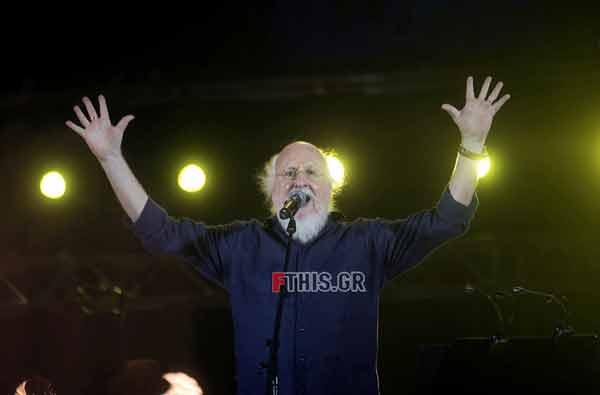 Ανακεφαλαίωσε το ελληνικό τραγούδι στο Καλλιμάρμαρο και γλύκανε την ελπίδα (στη συναυλία, του''Όλοι μαζί μπορούμε'') ο Διονύσης Σαββόπουλος
