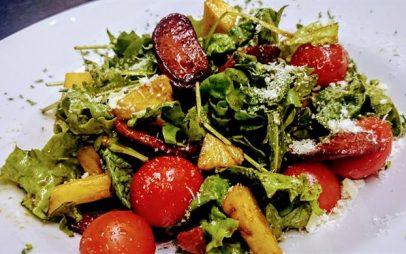 Σαλάτα με λουκάνικο Τσορίθο, ανανά και χαρουπόμελο. Του Σεφ Γιώργου Καλογερίδη…