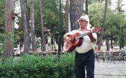 Μια ευχάριστη μουσική νότα με τον κανταδόρο να τραγουδά στο άλσος του Αγίου Δημητρίου