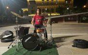 Ο Σωτήρης Κουτσονάνος αυτοσχεδιάζει στην πλατεία της Κοζάνης