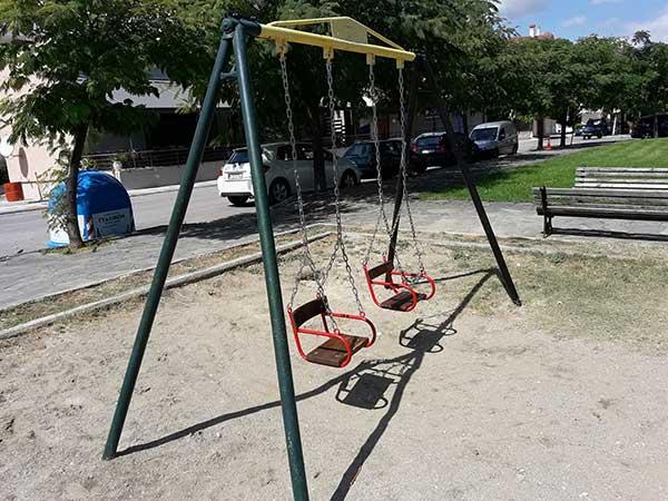 Ξήλωμα οργάνων σε παιδική χαρά της Κοζάνης στο παρκάκι του Σκλαβενίτη-Νέες  κούνιες c4f30ddb553