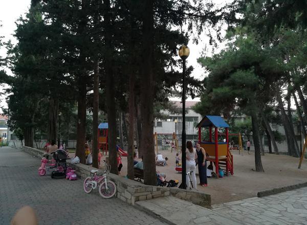 Όσοι έμειναν στην Κοζάνη αναζητούν δροσιά στα πάρκα και στις πλατείες