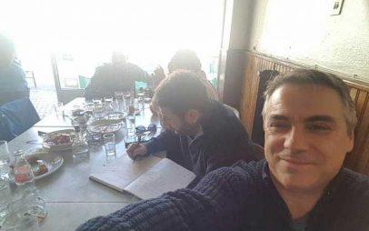 Ο Νίκος Ανδρουλάκης στο Άργος Ορεστικό, στο καφενείο που βγάζει πρωθυπουργούς (φωτογραφίες)
