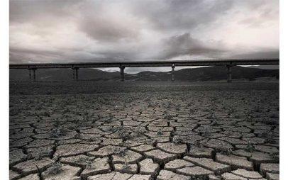 Η Φωτογραφία της Ημέρας: Γέφυρα Ρυμνίου χωρίς σταγόνα νερό, στη μέση της λίμνης (του Αργύρη Καραμούζα)