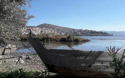 Η λίμνη της Καστοριάς όπως δεν την έχετε ξαναδεί – Πρωτόγνωρες εικόνες από την πτώση της στάθμης