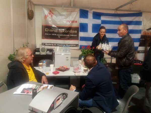 Ο Κώστας Κυριακίδης σερβίρει τους εκθέτες της έκθεσης των Κοίλων