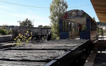 Ένα καφέ στις ράγες του  σταθμού της Κοζάνης