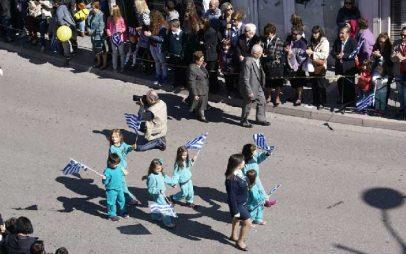Η Φωτογραφία της Ημέρας: Τα πιτσιρίκια με τα σημαιάκια στην παρέλαση!