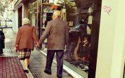 Η φωτογραφία της ημέρας: Ένα ηλικιωμένο ζευγάρι πιασμένο χέρι-χέρι να περπατά στο δρόμο