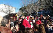 Ο Άγιος Βασίλης μοίρασε δώρα στα παιδιά της γειτονιάς του Αγίου Αθανασίου