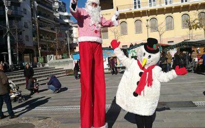 Ξυλοπόδαροι, χιονάνθρωποι και ξωτικά υποδέχονται τα παιδιά στην κεντρική πλατεία της Κοζάνης