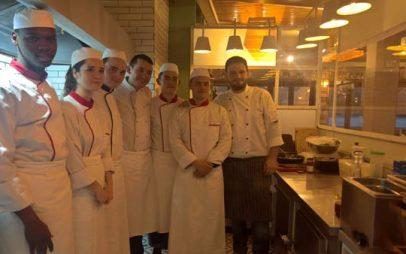 Εντυπωσιασμένοι ανερχόμενοι σεφ της Νότιας Γαλλίας στο εστιατόριο του Ναουμίδη