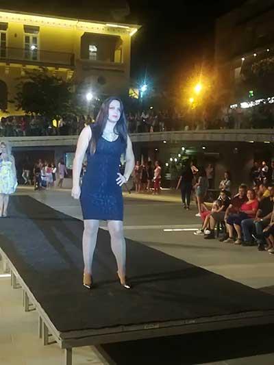 """4ef09ab72bb9 Επίδειξη μόδας ……..""""δια χειρός"""" τροφίμων στην κεντρική πλατεία ..."""