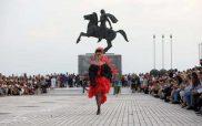 Θεσσαλονίκη : Κουστούμια όπερας από ανακυκλώσιμα υλικά  – Μια ξεχωριστή επίδειξη στη Νέα Παραλία