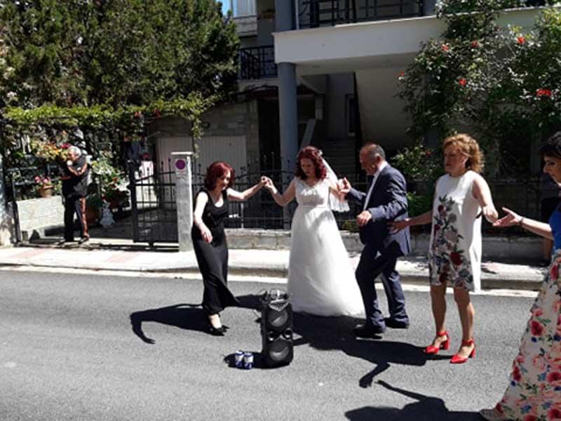 Ζωντάνεψε η γειτονιά στο γλέντι της νύφης στην περιοχή του Αγίου Αθανασίου