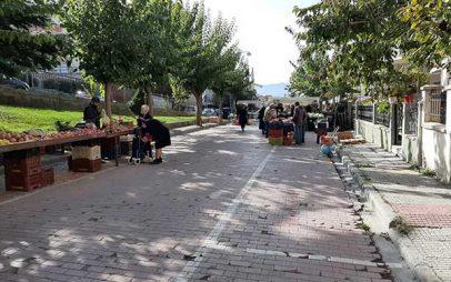 Με αποστάσεις στους πάγκους η λαϊκή αγορά στην περιοχή της Αγίας Παρασκευής Κοζάνης