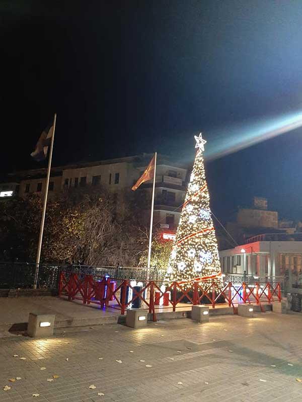 Άναψε δοκιμαστικά το χριστουγεννιάτικο δέντρο στην πλατεία της Κοζάνης
