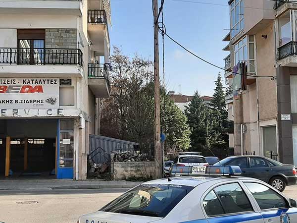 Μεγάλη αστυνομική επιχείρηση για τη διάσωση 49χρονου άντρα στην Κοζάνη – Απειλούσε ότι θα πέσει από το μπαλκόνι 20