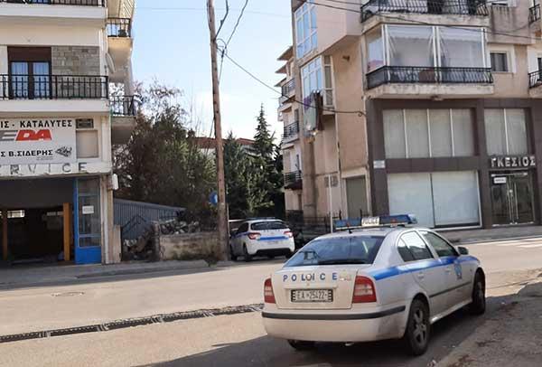 Μεγάλη αστυνομική επιχείρηση για τη διάσωση 49χρονου άντρα στην Κοζάνη – Απειλούσε ότι θα πέσει από το μπαλκόνι 17