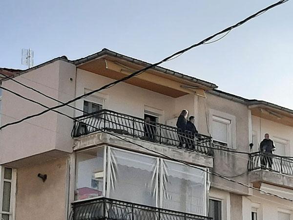 Μεγάλη αστυνομική επιχείρηση για τη διάσωση 49χρονου άντρα στην Κοζάνη – Απειλούσε ότι θα πέσει από το μπαλκόνι 16