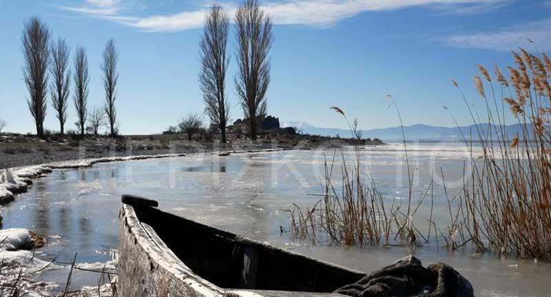 Η εντυπωσιακή, παγωμένη λίμνη Πετρώv (video)