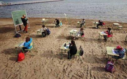Κοροναϊός: Ισπανοί μαθητές μετέφεραν τις τάξεις τους στην παραλία
