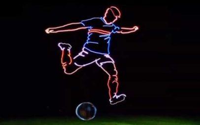 Υπέροχο γκολ – Πέντε drones «ζωγράφισαν» έναν γιγαντιαίο ποδοσφαιριστή στον ουρανό (Βίντεο)