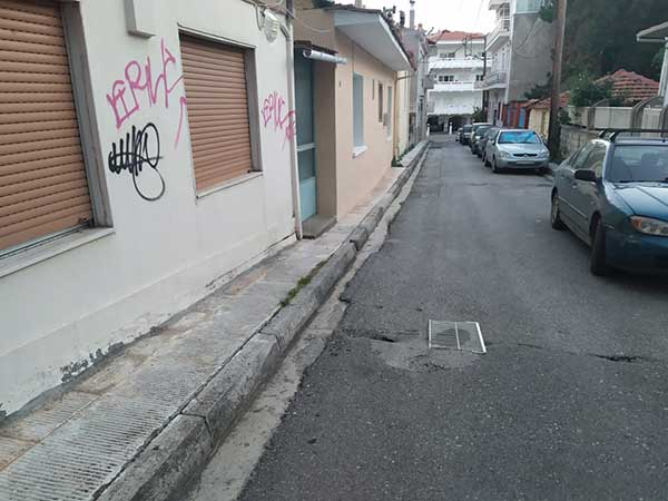 Αυτοσχέδια πατέντα για κλείσιμο λακκούβας σε στενό της Κοζάνης