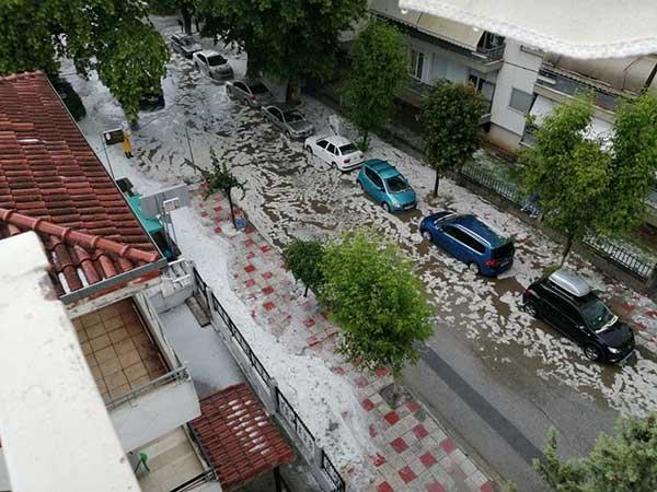 Μεγάλο πρόβλημα από τη σφοδρή καταιγίδα σε οδούς της Κοζάνης