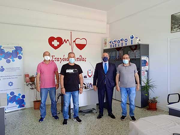 Ο Μιχάλης Παπαδόπουλος στο γραφείο του Συλλόγου Εθελοντών αιμοδοτών αιμοπεταλιοδοτών «Σταγόνα Ελπίδας»